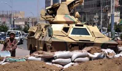 W starciach z siłami rządowymi w Sanie zginęło kilkanaście osób
