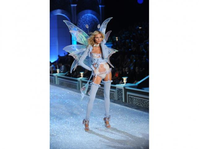 Anja Rubik na Victoria's Secret Fashion Show - Nowy Jork, listopad 2011.