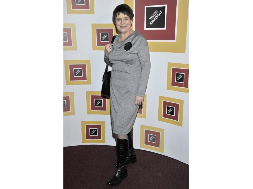 Ilona Łepkowska w prostej szarej sukience.