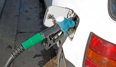 Tankowanie paliwa do samochodu na stacji