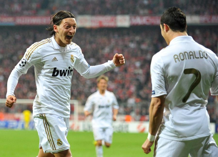 Mesut Oezil i Cristiano Ronaldo cieszą się z bramki na 1-1 w meczu Ligi Mistrzów Bayern Monachium - Real Madryt