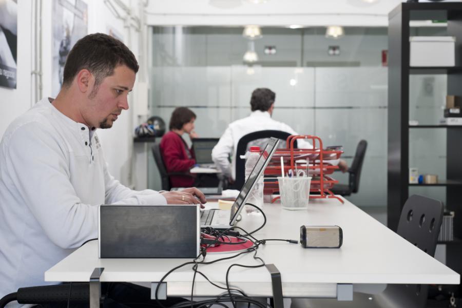 Praca przy komputerze - zdjęcie ilustracyjne