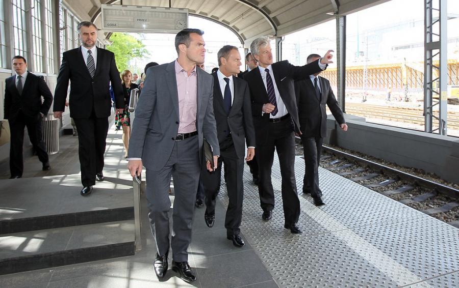 Sławomir Nowak i Donald Tusk na dworcu kolejowym w Poznaniu