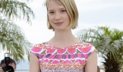 """Mia Wasikowska na festiwalu w Cannes promuje """"Lawless"""""""