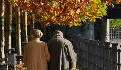 Para seniorów w parku