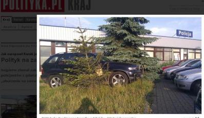 """BMW Jacka Kurskiego na trawniku w Gdańsku/foto czytelnik """"Polityki"""""""