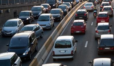 ulica korek spaliny samochody