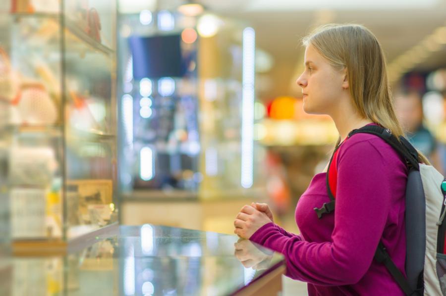 Kobieta oglądająca wystawę sklepu