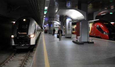 Pociągi na stacji - zdjęcie ilustracyjne