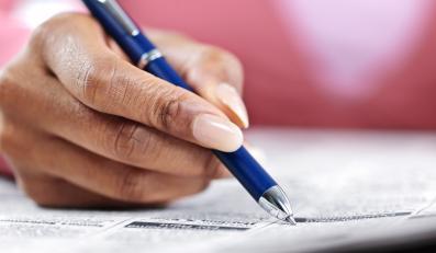 Dłoń z długopisem