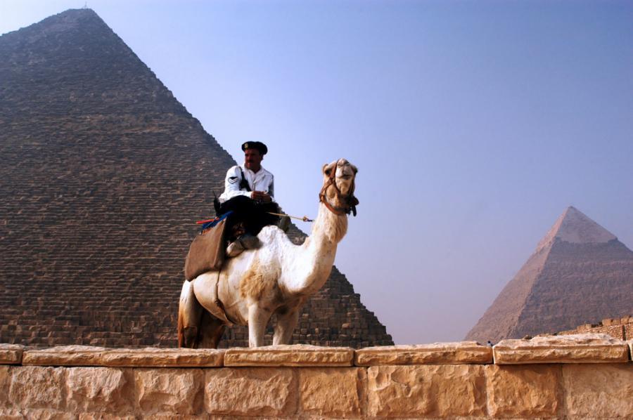 Policjant pilnuje piramid