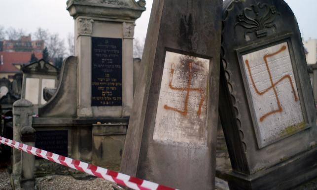 Swastyki na cmentarzu żydowskim w Strasburgu