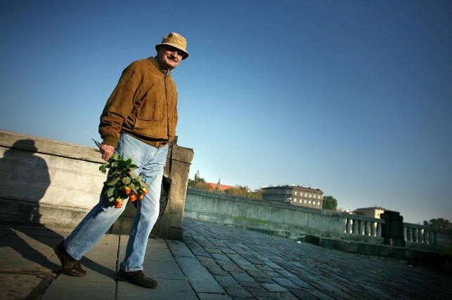Sławomir Mrożek niesie kwiaty dla swojej żony, Kraków, 2007 rok