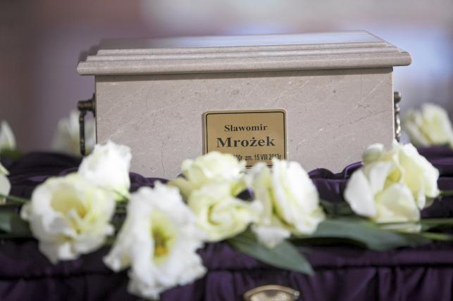 Urna z prochami Slawomira Mrozka wystawiona w dniu uroczystosci pogrzebowej dramatopisarza