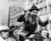 Lech Wałęsa niesiony przez ludzi