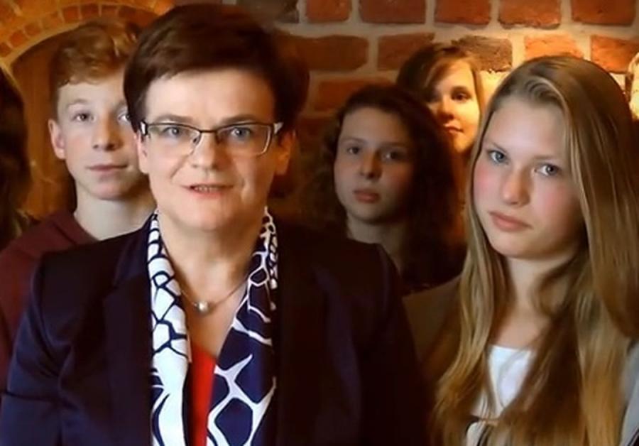 Szefowa MEN Krystyna Szumilas w otoczeniu gimnazjalistów