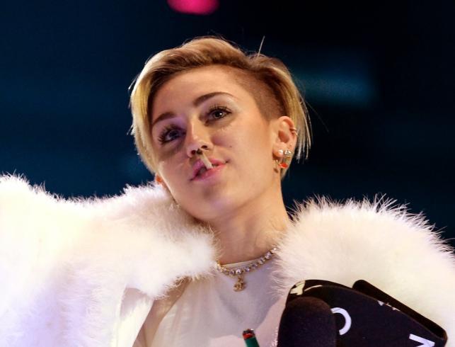Miley Cyrus z jointem w ustach