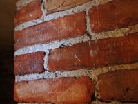 Katownia UB odkryta pod podłogą. Nazwiska wydrapane na murach