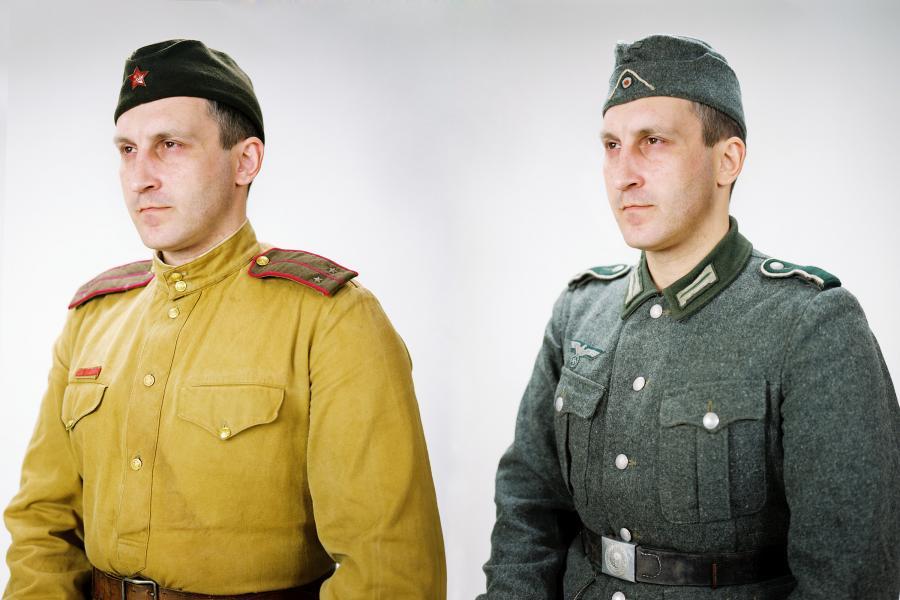"""Andrei Liankevich, """"Żegnaj Ojczyzno!""""  Wszystko zaczęło się w czasach drugiej wojny światowej – opowieść, ideologia, propaganda. Każdy Białorusin wie, że """"to myśmy zwyciężyli"""". Najważniejsze święta upamiętniają Wojnę. Główne ulice Mińska zostały nazwane na cześć bohaterów wojennych. Żyjemy, jakby wojna skończyła się przed chwilą. Tak przynajmniej chciałaby propaganda. Zwykli ludzie nie wiedzą, kim są patroni ulic, na których stoi ich dom.  Dlatego zacząłem fotografować tych, którzy odgrywają """"zabitych żołnierzy"""" w rekonstrukcjach historycznych. Zainteresowały mnie butelki na wódkę w kształcie żołnierzy i karabinu. Sięgnąłem do Google Maps po zdjęcia ulic Mińska, których nazwy upamiętniają bohaterów wojennych i połączyłem je z archiwalnymi portretami tych ludzi.   Nawiązałem też do historii mojej własnej rodziny pochodzącej z Zachodniej Białorusi, przyłączonej do ZSRR tuż przed wybuchem wojny w 1939 roku. Do historii mojego ojca, który jako jedyny z moich bliskich poszedł do wojska, gdyż dziadek był Polakiem, a Sowieci takim ludziom nie ufali.  www.liankevich.com"""
