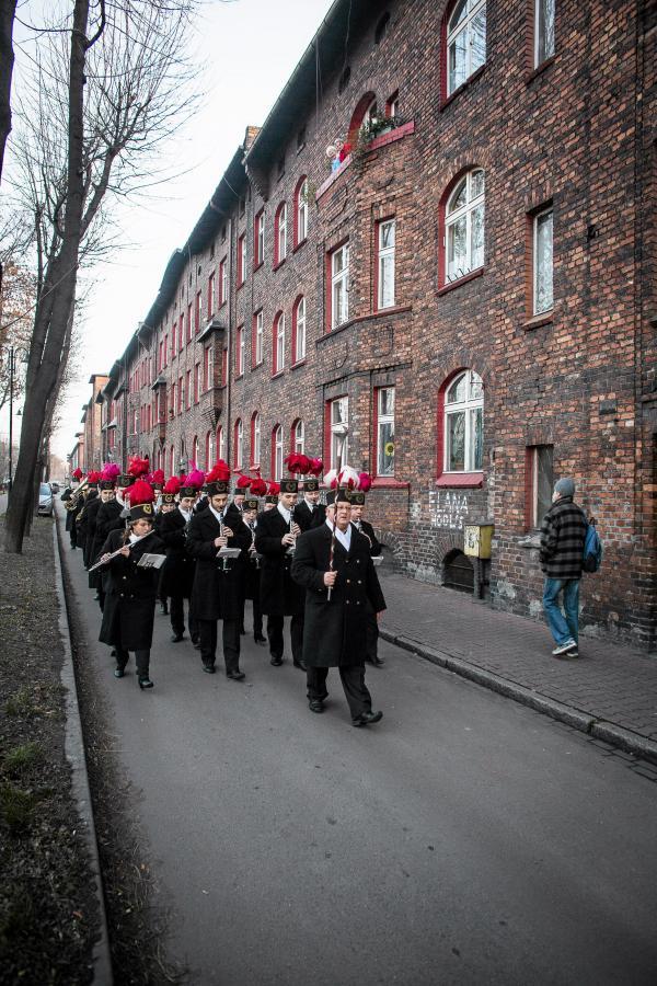 Orkiestra dęta kopalni KWK Wieczorek robi poranną pobudkę mieszkańcom osiedla w ramach świętowania Barbórki