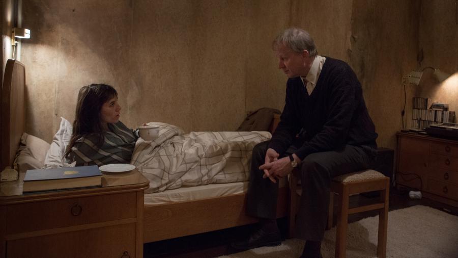 Pewnego zimowego wieczoru stary kawaler, Seligman (Stellan Skarsgard