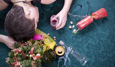 Kobieta śpiąca na świątecznym stole