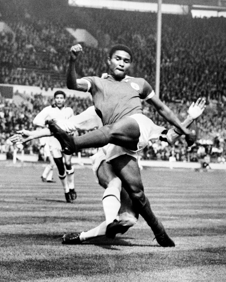 22 maja 1963 roku. Eusebio da Silva Ferreira w starciu z Paolo Cesare Maldinim na Wembley