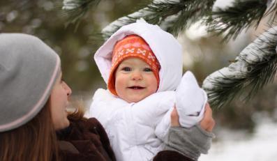 Matka z dzieckiem na zimowym spacerze