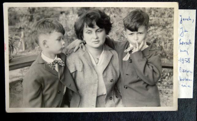 Zdjęcie z albumu rodzinnego Jadwigi Kaczyńskiej. Na fotografii z synami - Jarosławem i Lechem
