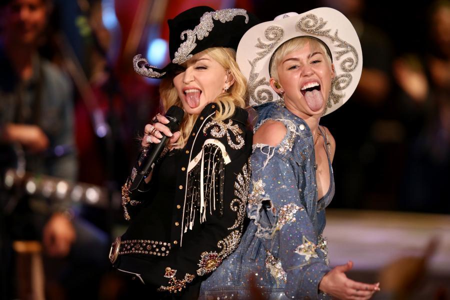 Miley Cyrus z Madonną podczas występu na \
