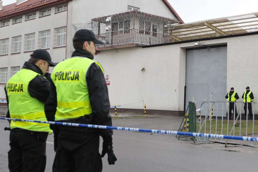 Policja przed Zakładem Karnym w Rzeszowie