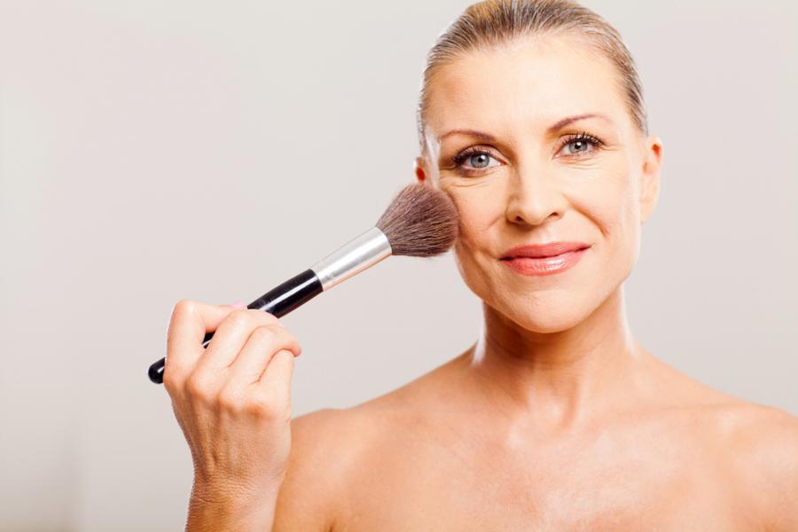 Kobieta wykonująca makijaż