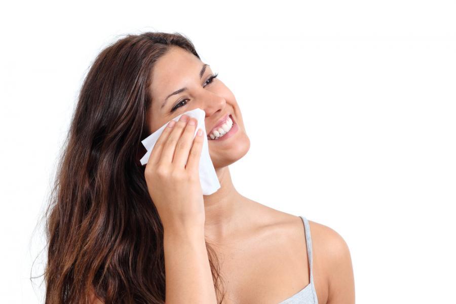 5. Odpowiedni demakijaż zapobiega tworzeniu się przedwczesnych zmarszczek i podrażnień oczu