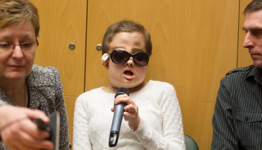 Joanna, pacjentka po przeszczepie twarzy w towarzystwie rodziców podczas konferencji prasowej w Centrum Onkologii w Gliwicach