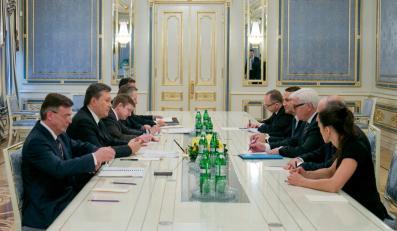 Ukraiński prezydent Wiktor Janukowycz rozmawia z ministrami spraw zagranicznych państw Trójkąta Weimarskiego. Po drugiej stronie stołu: Laurent Fabius (Francja), Frank-Walter Steinmeier (Niemcy) i Radosław Sikorski (Polska)