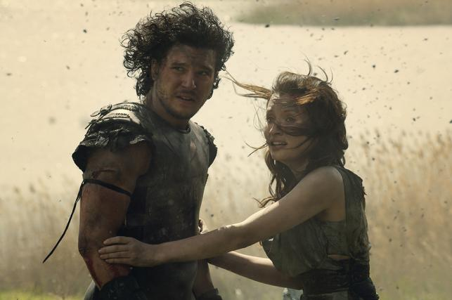 "Kit Harington i Emily Browning w filmie ""Pompeje"""