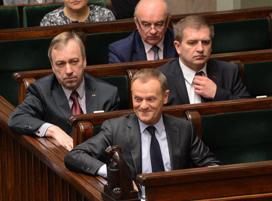 Donald Tusk w ławach rządowych. Tuż za nim minister zdrowia Bartosz Arłukowicz