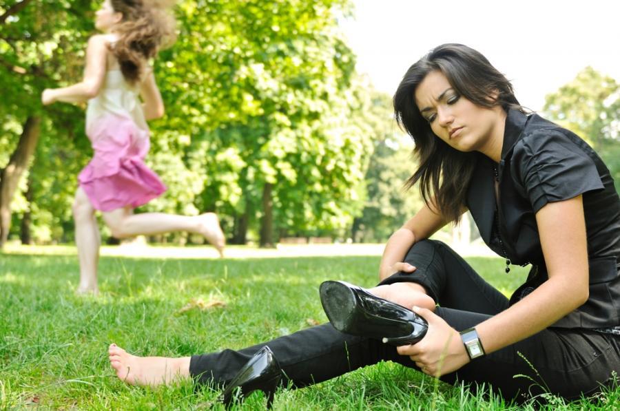 Kobieta w niewygodnych butach