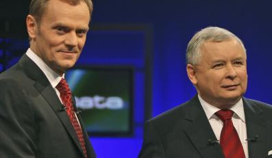 Donald Tusk i Jarosław Kaczyński. Zdjęcie z debaty wyborczej z 2007 roku