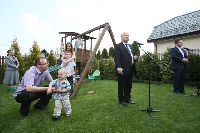 Jarosław Kaczyński na placu zabaw