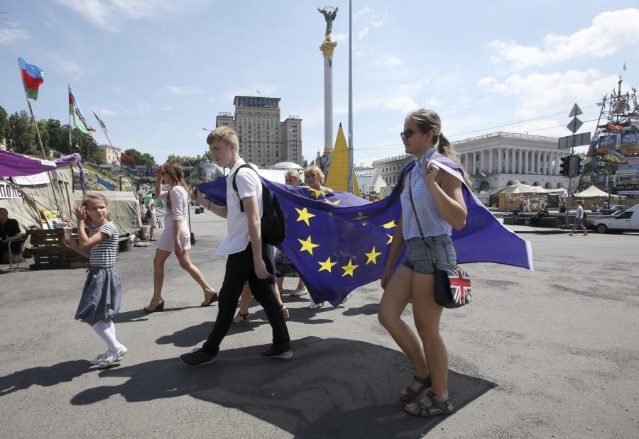 Młodzi Ukraińcy z unijną flagą