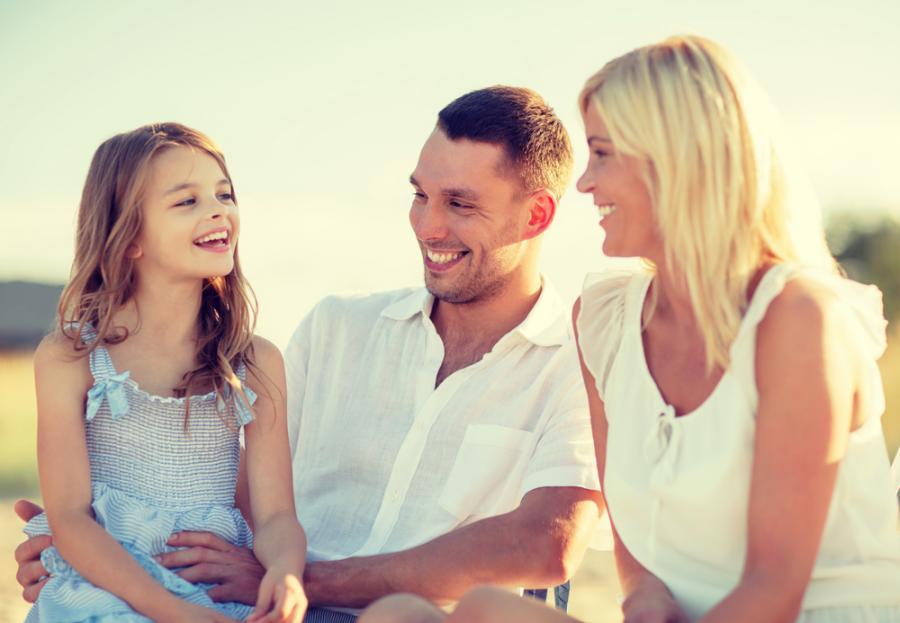 Rodzice rozmawiający z córką