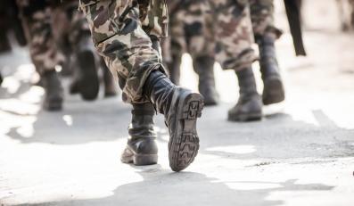 Żołnierze z bronią