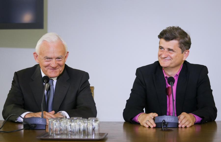 Przewodniczący Twojego Ruchu Janusz Palikot i przewodniczący SLD Leszek Miller podczas konferencji prasowej po spotkaniu w Sejmie