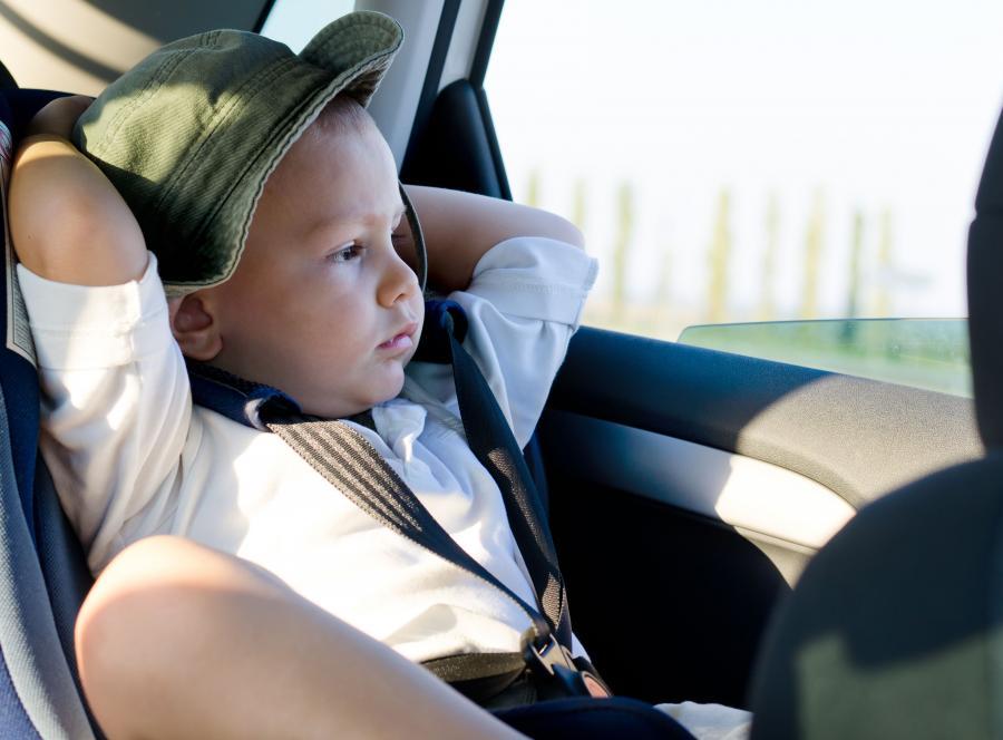 Dziecko jedzie samochodem