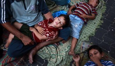 Palestyńskie dzieci śpią w klasie w szkole ONZ w Jabalia w północnej części Strefy Gazy
