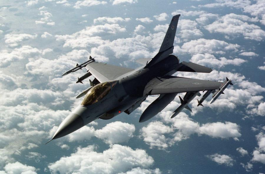 Amerykański samolot F-16 nad granicą turecko-iracką