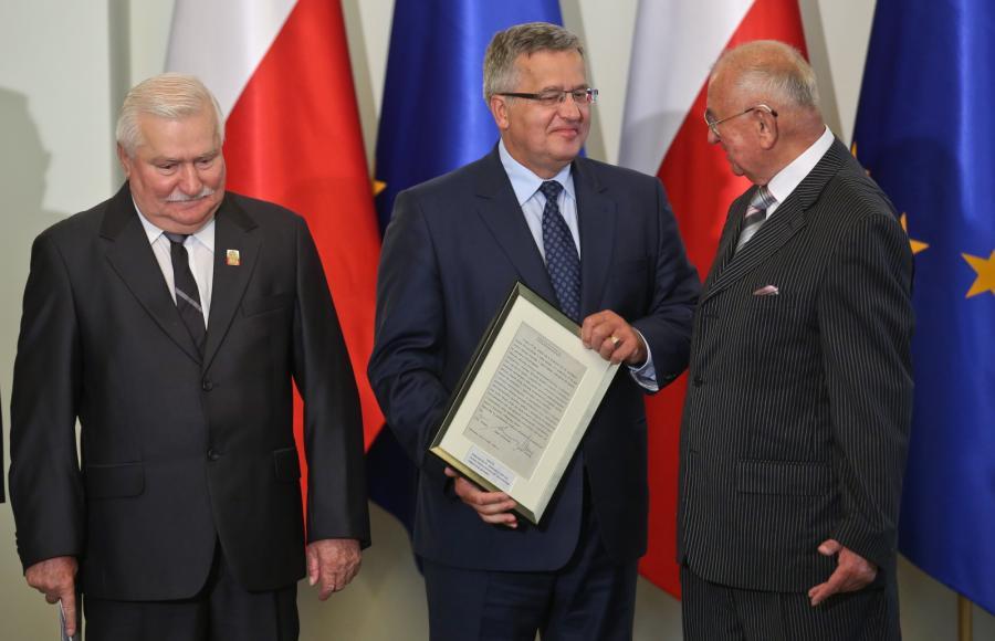 Prezydent Bronisław Komorowski oraz sygnatariusze porozumienia o zawarciu koalicji sprzed 25 lat: były przewodniczący NSZZ \