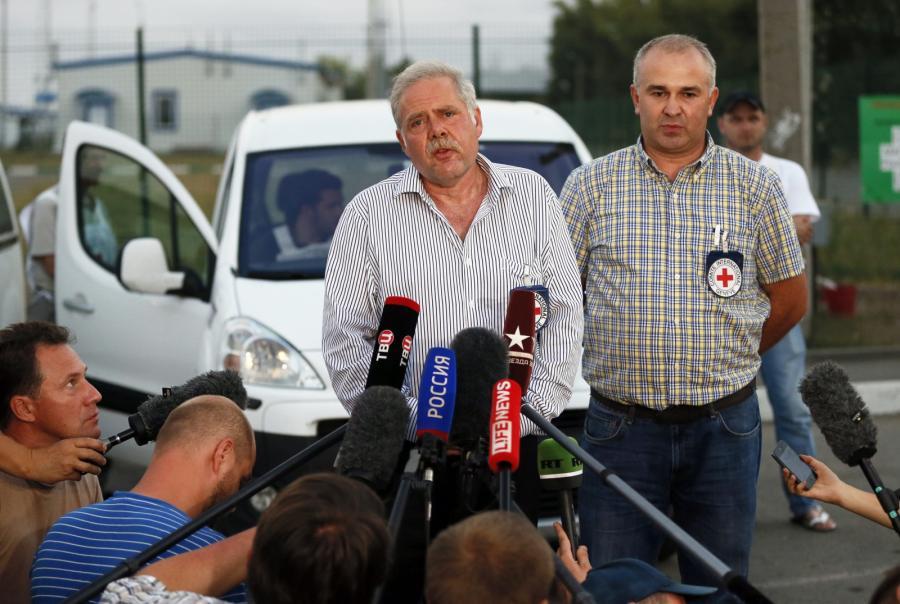Przedstawiciele Czerwonego Krzyża po kontroli ciężarówek z konwoju