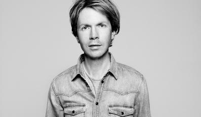 "Tylko jedną piosenkę, ""Heaven's Ladder"", Beck interpretuje sam"